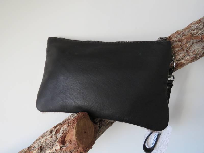 Stoere leren clutchschoudertas met vacht